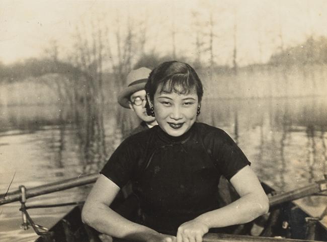 1935年,胡蝶泛舟柏林郊外,同游者为中国驻德公使刘崇杰之子。(潘氏家族供图)